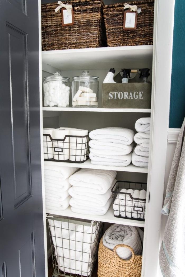 idée de rangement gain place dans la salle de bain, exemple comment bien ranger ses accessoires dans boîtes et paniers