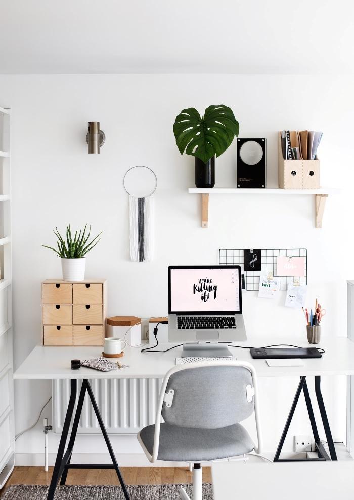 exemple comment bien décorer son bureau à domicile avec meubles en blanc et feuilles de plantes monstera deliciosa