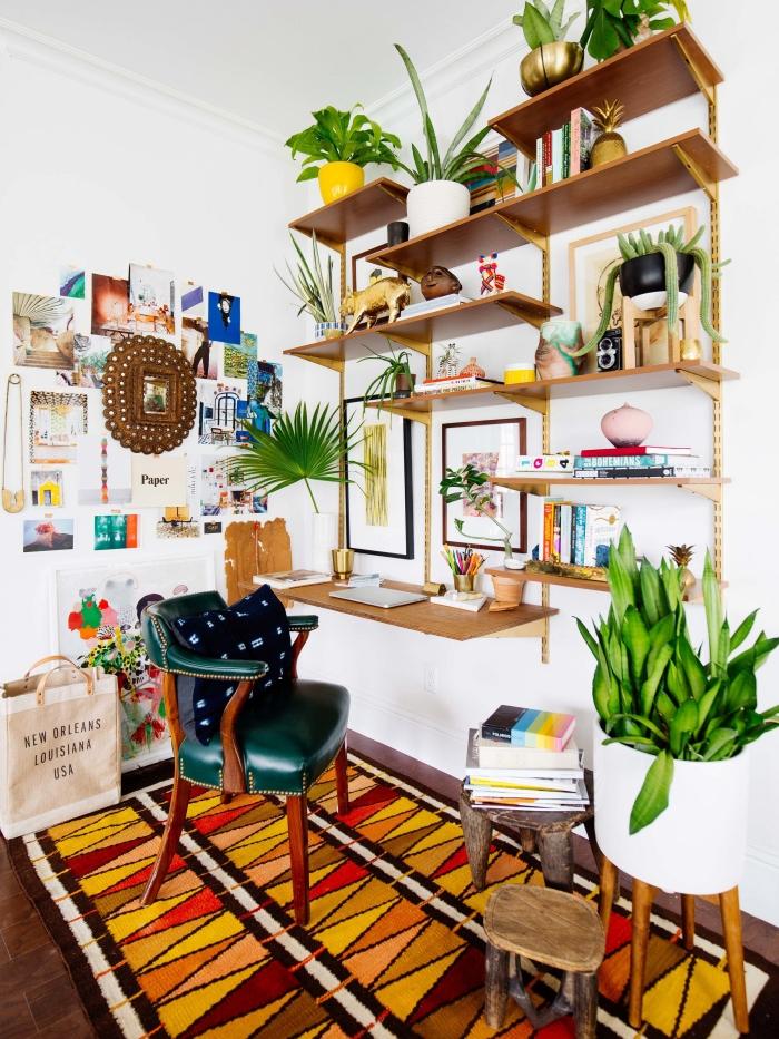 idée comment arranger ses fleurs et plantes grasses d'intérieur sur une étagère murale dans une chambre bohème chic