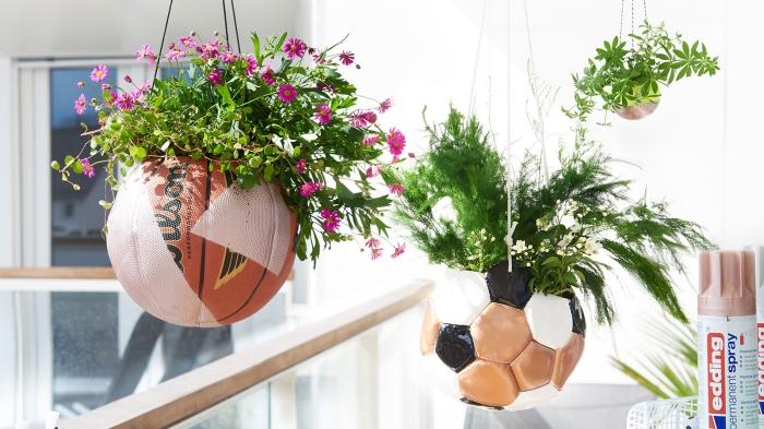 deco recup facile pour le printemps, idée que faire avec un ballon de football, diy décoration florale avec ballons de foot