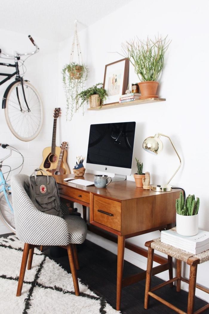 idée comment aménager un coin de travail de style bohème chic avec meubles en bois foncé et plante verte d'intérieur
