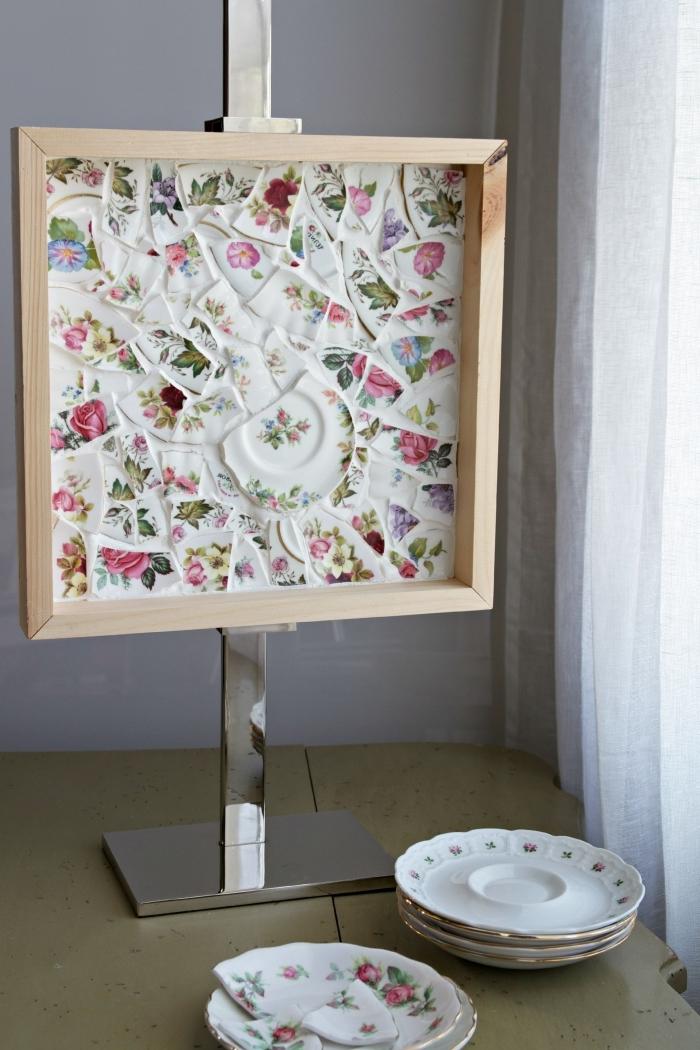 que faire avec des assiettes cassées, activités manuelles adultes pour printemps, décoration originale avec cadre bois et assiettes