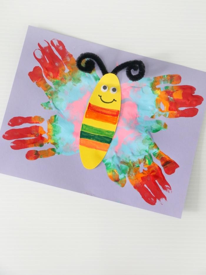 cadeau fête des mères à fabriquer facilement et à petit budget, exemple de peinture originale avec empreintes d'enfant