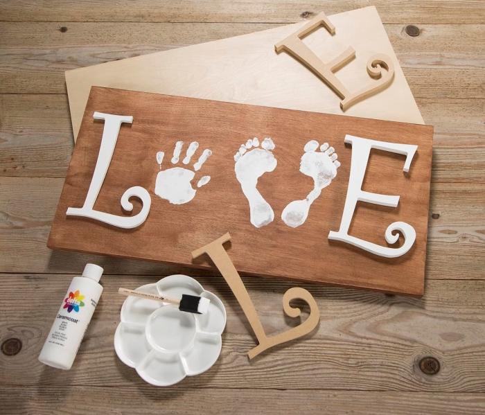 comment faire un tableau ou cadre empreinte bébé en bois pour mère, idée objet de décoration avec peinture blanche et lettres