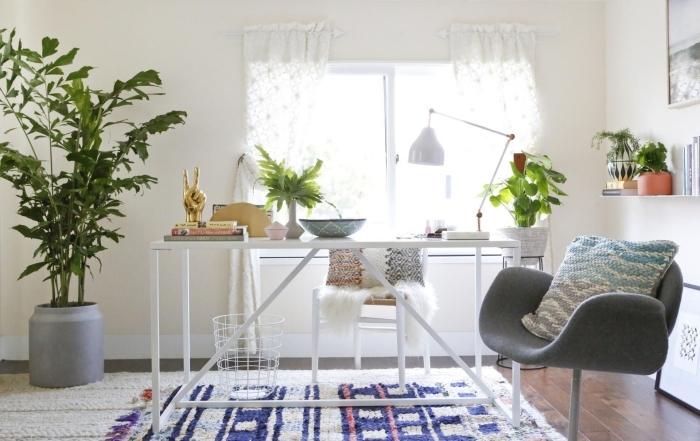 décoration de bureau à domicile cocooning avec meubles blancs et plante verte dépolluante, design bureau féminin à la maison