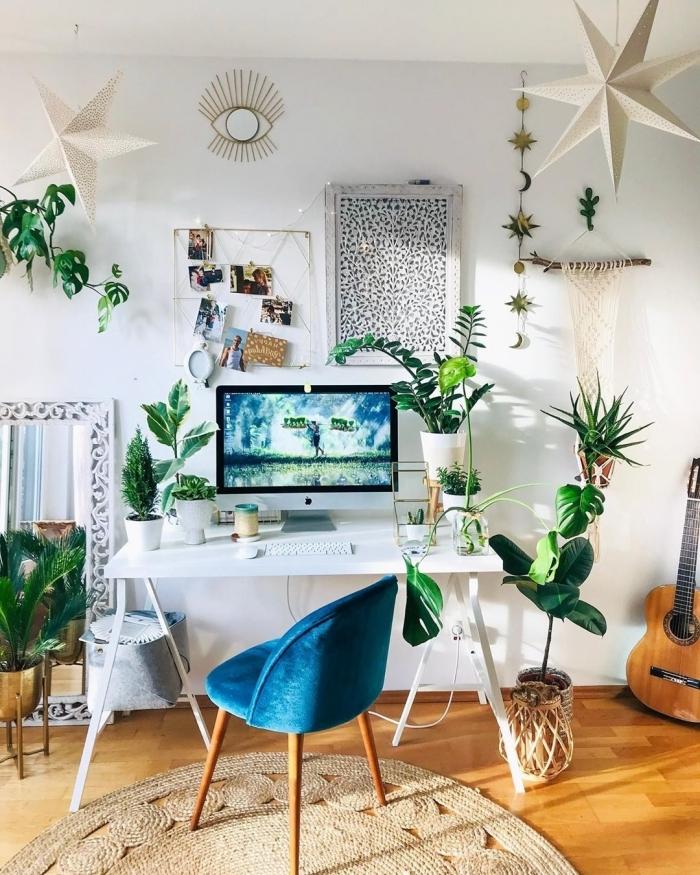 décoration espace de travail de style jungalow, idée bureau à domicile bohème chic avec feuilles de monstera deliciosa