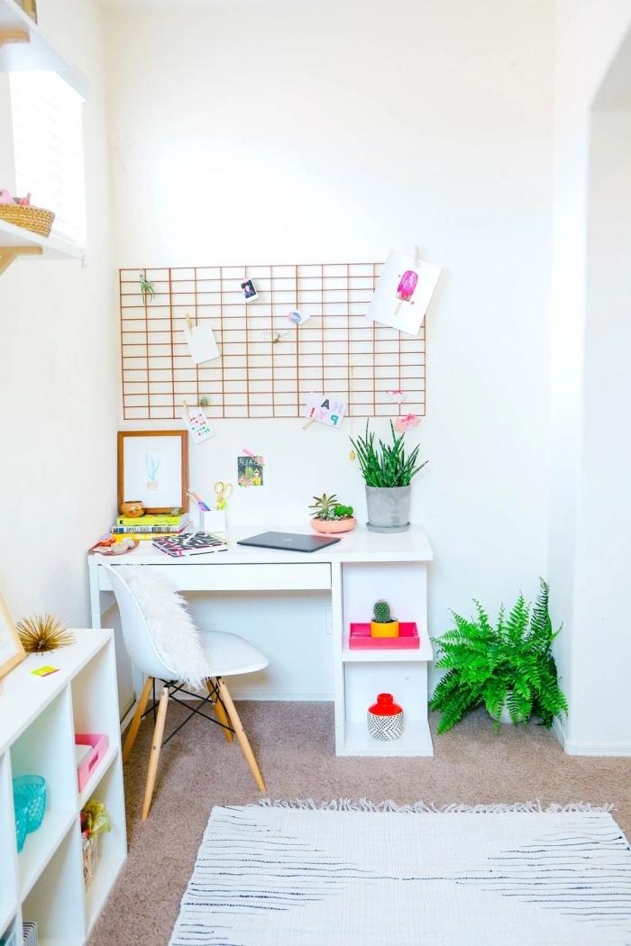 décoration petit coin de travail féminin aux murs blancs avec meubles blancs et accessoires colorés, idée plante verte dépolluante