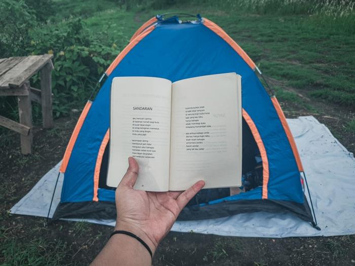Tent fond d'écran cocooning, image pour fond d'écran stylé simple et beau livre a la main