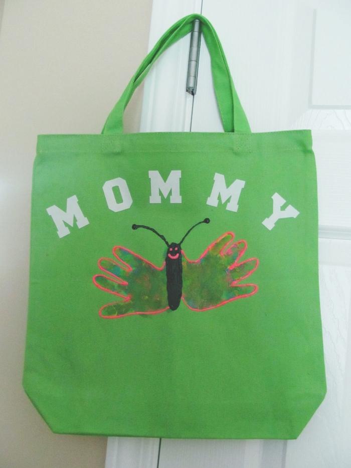 activité fête des mères facile et petit budget, exemple comment décorer un sac cabas facile avec empreintes en forme de papillon