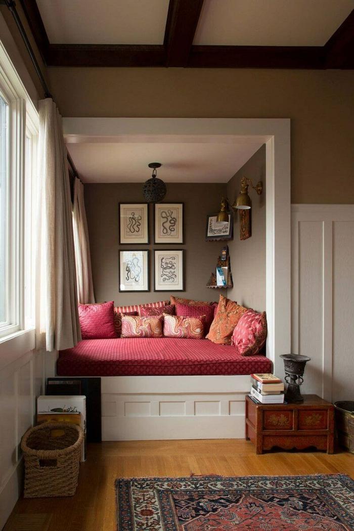 Lit rouge avec endroit pour poser les livres amenagement petit espace, créer une belle décoration pour son appartement