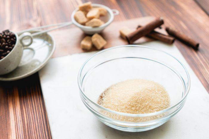 mettre le sucre et le café dans un bol, recette café glacé maison simple et rapide à faire en confinement