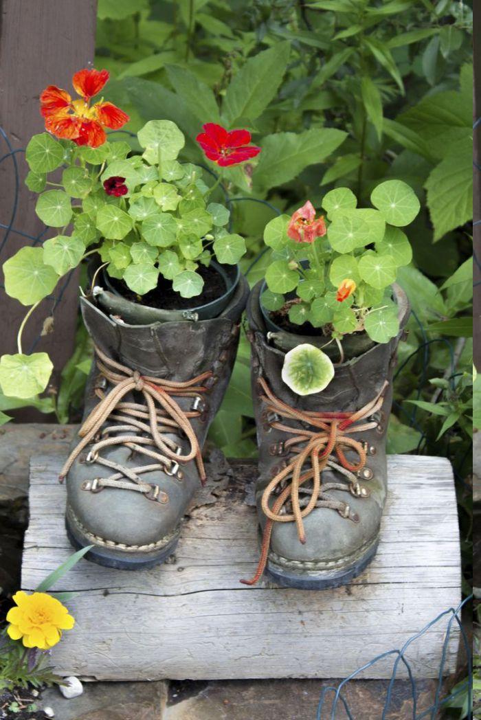 idee pour faire des bottes fleuries, cache pot diy original, idee deco jardin facile et creatif