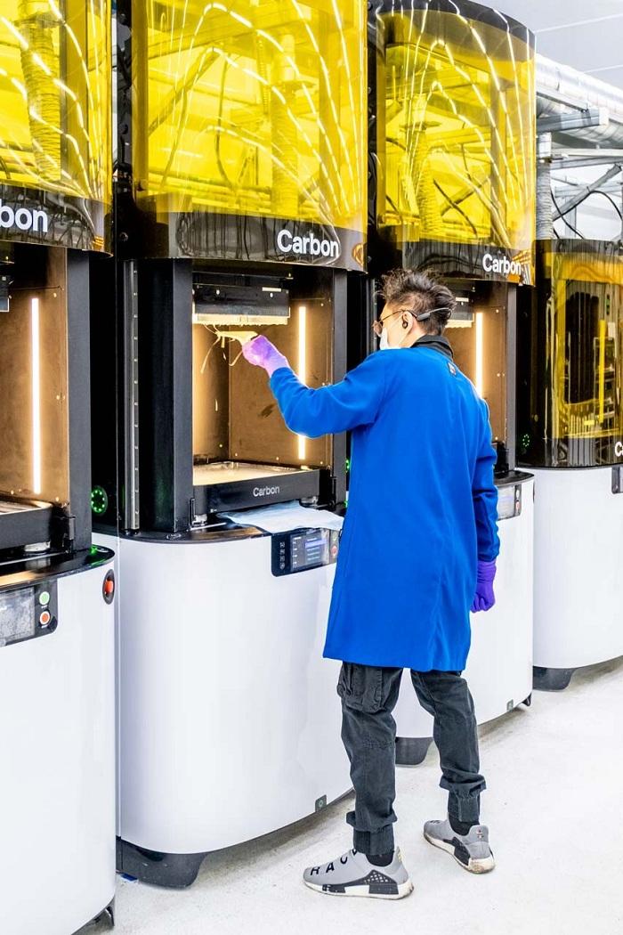 Adidas rejoint la lutte contre le coronavirus en lançant des écrans faciaux de protection avec l'imprimeur 3d Carbon