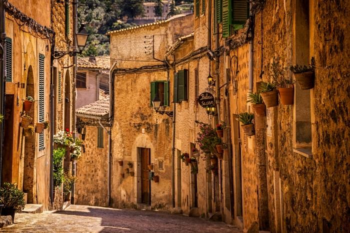 quels sites et villages visiter lors de son voyage en Espagne, photo d'une veille rue à Valdemossa