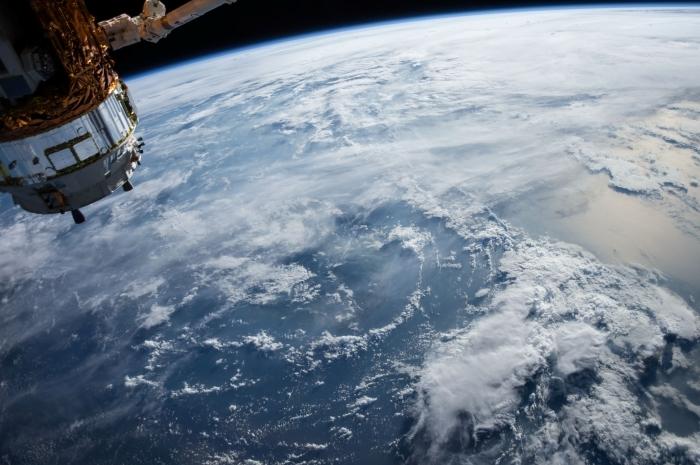 idée de fond d écran gratuit avec image vue sur planète pris dans l'espace, exemple fond d'écran original avec photo cosmos