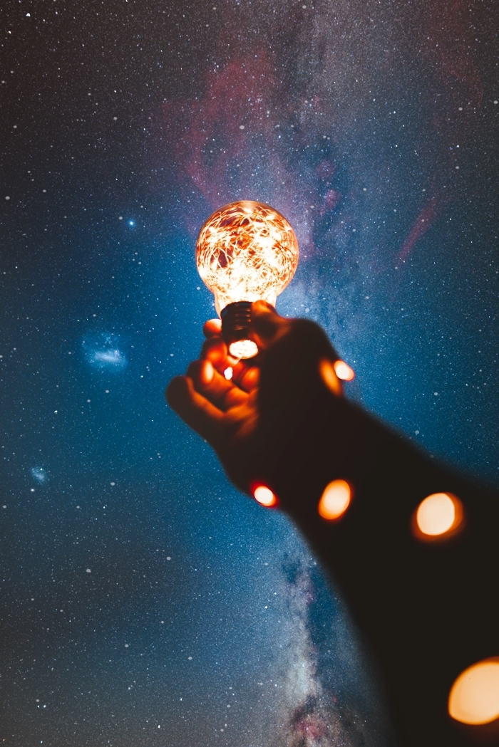 fond d écran smartphone lumineux, idée de wallpaper iphone original avec étoiles et ciel galaxie en bleu et rose