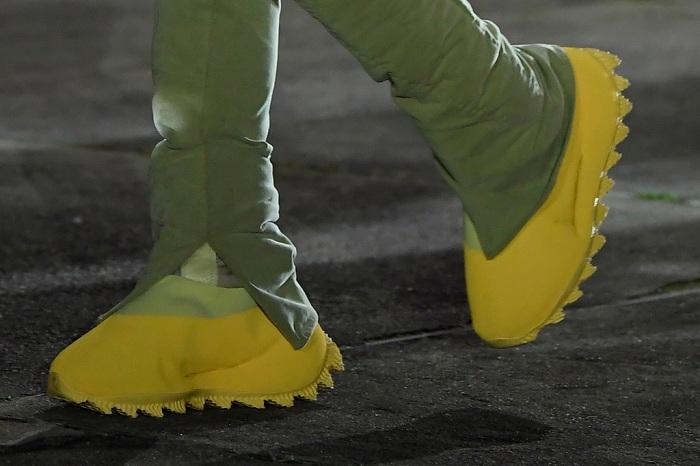Présentées à la Fashion Week de Paris en mars 2020, les nouvelles Yeezy Season 8 font leur première sortie aux pieds de Kanye West