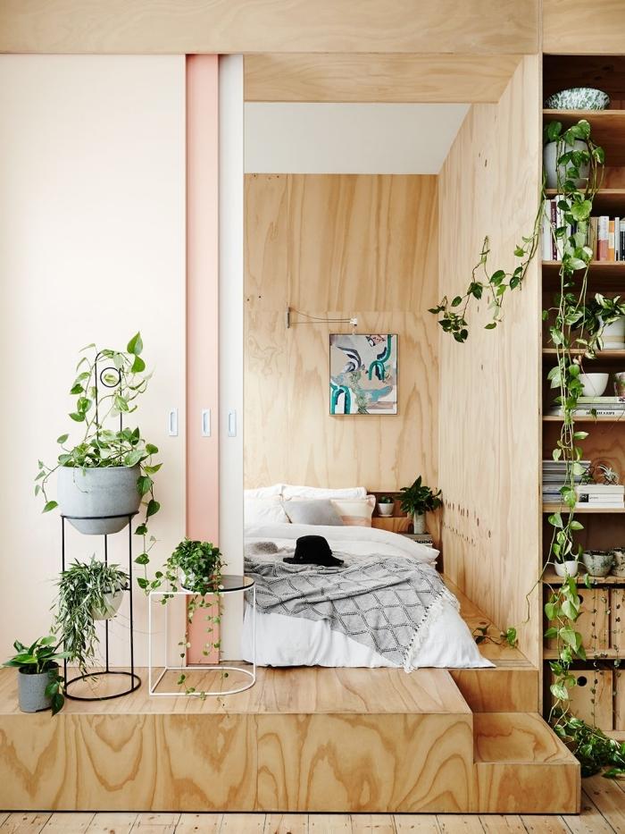 modèle de chambre avec dressing originale aux murs en revêtement bois clair, idée de rangement mural en verticale