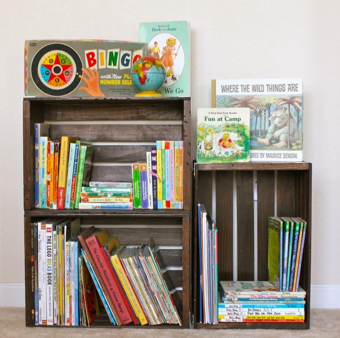 exemple de petite bibliothèque diy pour la chambre d'enfant fabriquée avec caisses de bois poncées et repeintes en peinture bois foncée