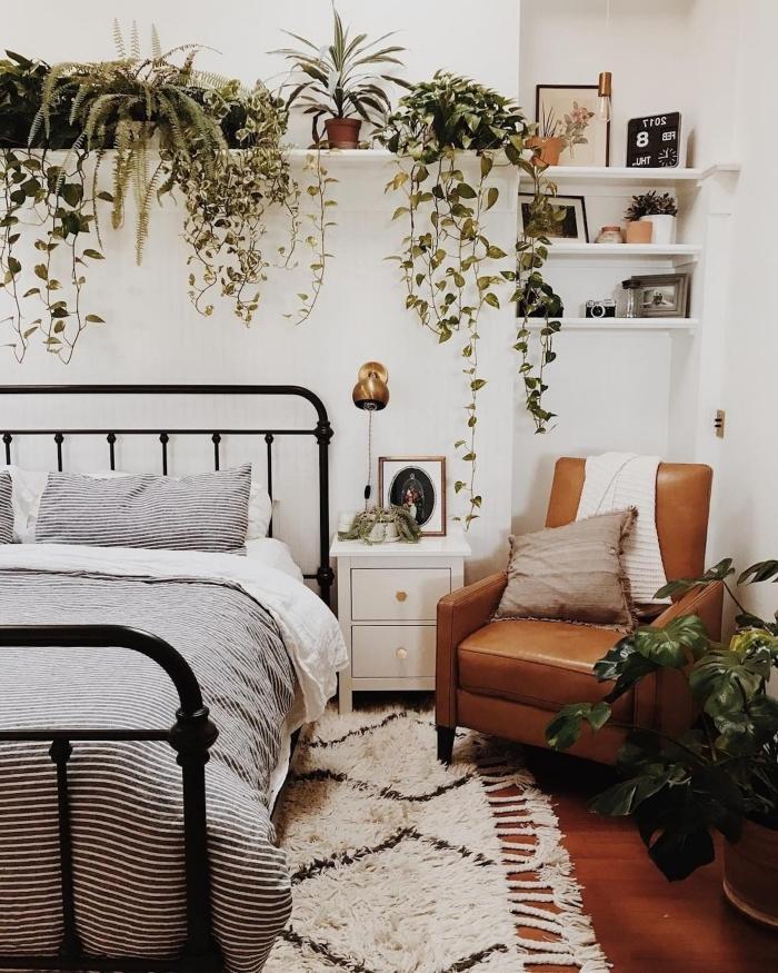 décoration murale chambre ado de style boho chic, design pièce urbain jungle avec plantes vertes d'intérieur et accents bois