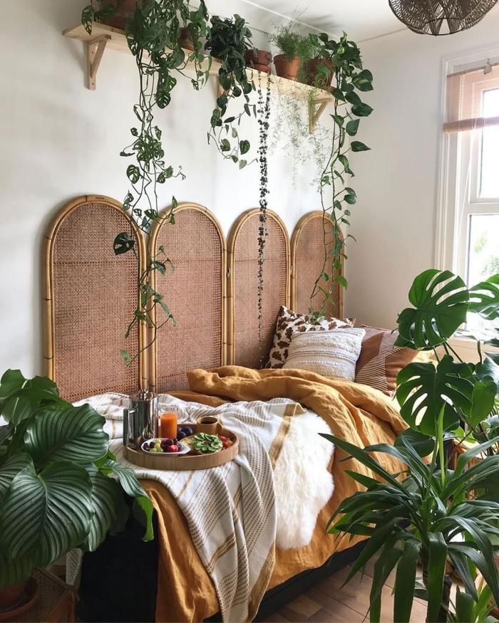 idée déco chambre adulte d'esprit urbain jungle, comment décorer une pièce boho chic avec meubles en bois et fibre nature
