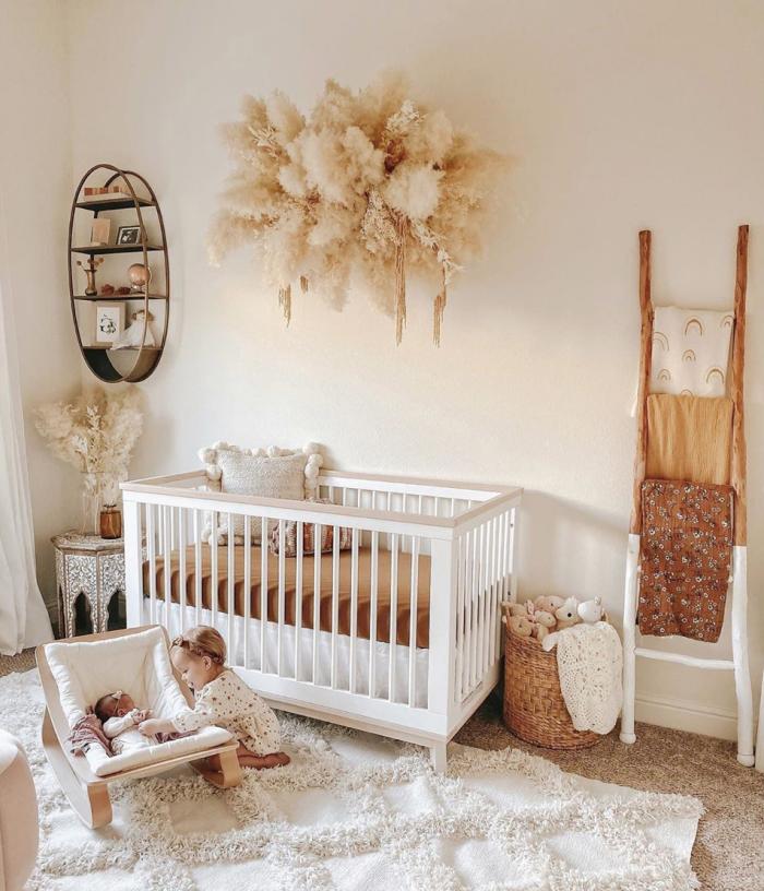 idée déco chambre bébé de style nature en couleurs terreuses, design chambre d'enfant aux murs beige avec meubles blancs