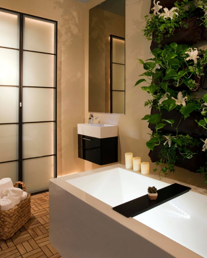 modèle de baignoire japonaise dans une salle de bain moderne et zen aux murs beige avec sol en carrelage aspect bois