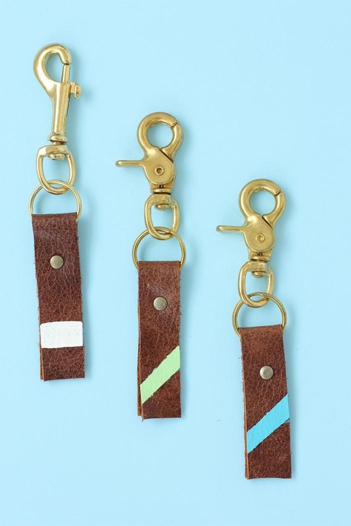 idée cadeau fête des pères à fabriquer facilement, modèles de porte-clés originaux fabriqués en chutes de cuir et anneaux dorés