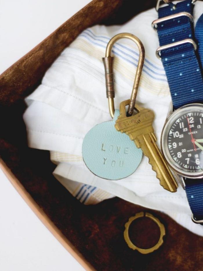 bricolage fête des pères facile et petit budget, exemple de porte-clé original fait maison avec morceau de cuir vert pastel