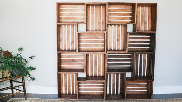exemple comment fabriquer une bibliothèque facile en cagettes de bois, projet de bricolage avec caisses de bois repeintes