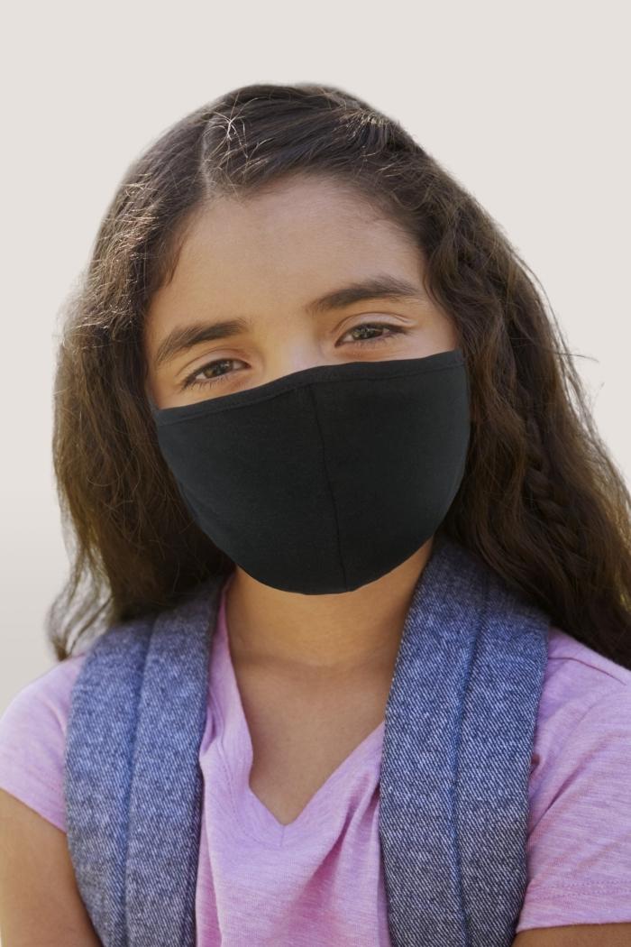 modèle de masque protection nez en noir pour petit visage d'enfant, mesure barrière porte de masque dans les espaces publiques