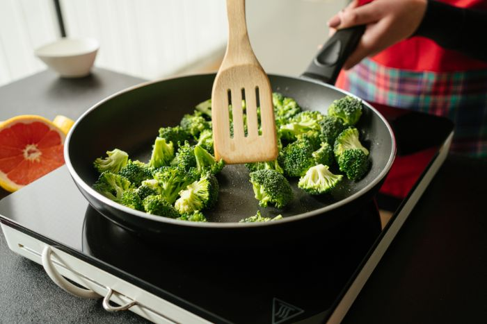 recette de tofu aux brocoli, faire sauter les brocolis à la poele, etape pour faire un repas de midi leger vegan