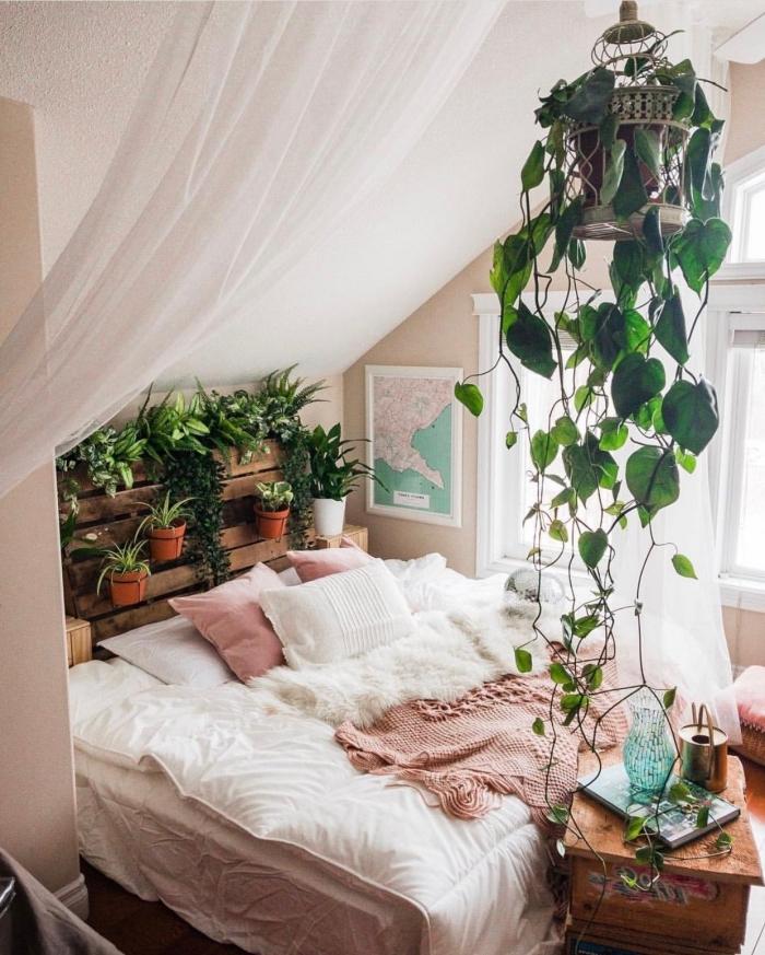 décoration chambre à coucher sous combles d'esprit urbain jungle, modèle tête de lit avec rangement pour plantes vertes