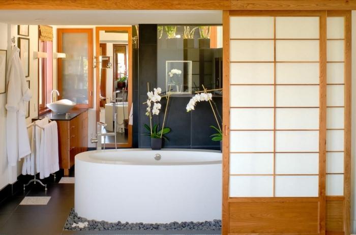 quelles couleurs pour une salle de bain nature de style japonais, design salle de bain aux murs gris anthracite avec baignoire