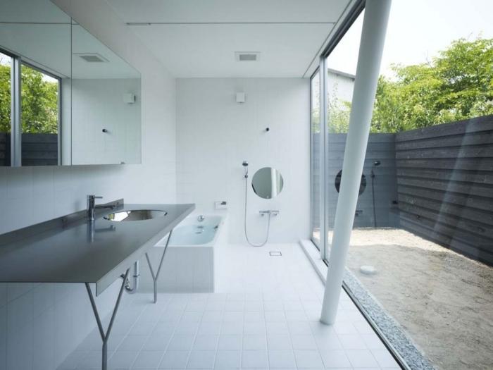 idée déco salle de bain blanche, design monochrome dans une salle de bain moderne avec accents en métal, agencement salle de bain avec baignoire