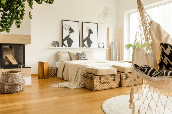 déco chambre nature moderne dans une pièce aux murs blancs avec parquet en bois clair et objets décoratifs à motifs ethniques