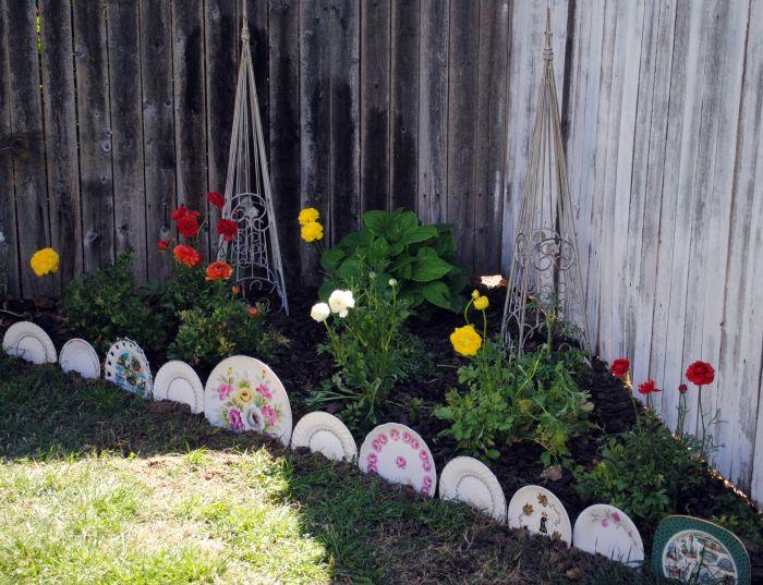 assiettes vintage recyclées et transformées en bordures de jardin originales pour border une parterre fleurie
