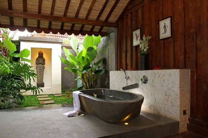 design salle de bain relax de style japonais avec plafond et mur en bois foncé, modèle de bain japonais aspect béton