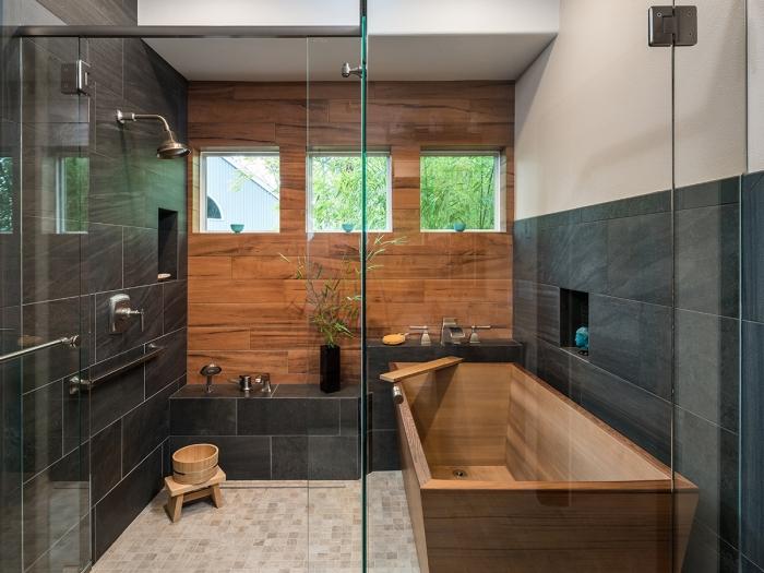 quelle couleur avec le gris dans une salle de bain de style japonais, aménagement petite salle de bain avec baignoire en bois
