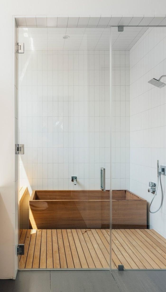conception minimaliste dans une salle de bain bois et blanc, design petite salle de bain avec baignoire en bois et murs blancs