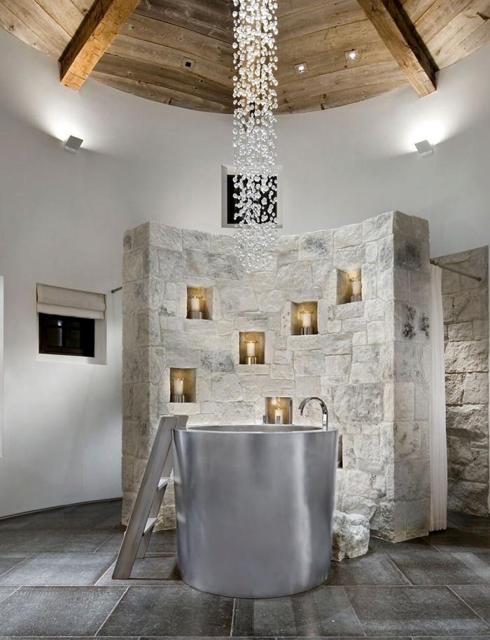 design moderne et luxueux dans une salle de bain aux murs blancs avec sol effet pierre, modèle de bain japonais autoportante