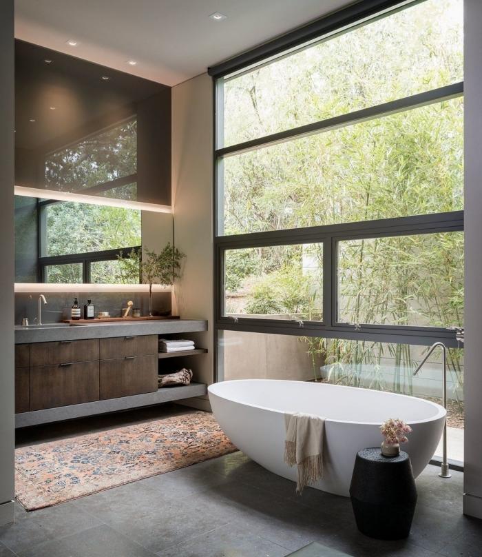 exemple comment décorer une petite salle de bain moderne avec baignoire japonaise autoportante et carrelage effet béton