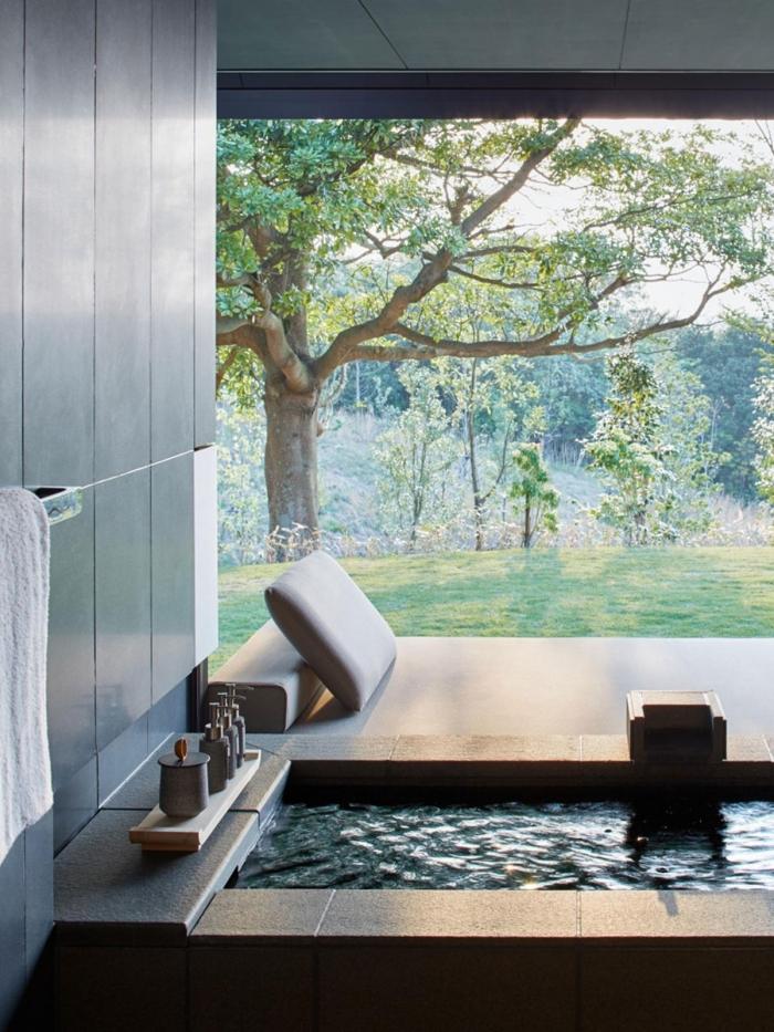 salle de bain zen avec baignoire, quelles couleurs pour la décoration d'une salle de bain de style japonais et nature zen