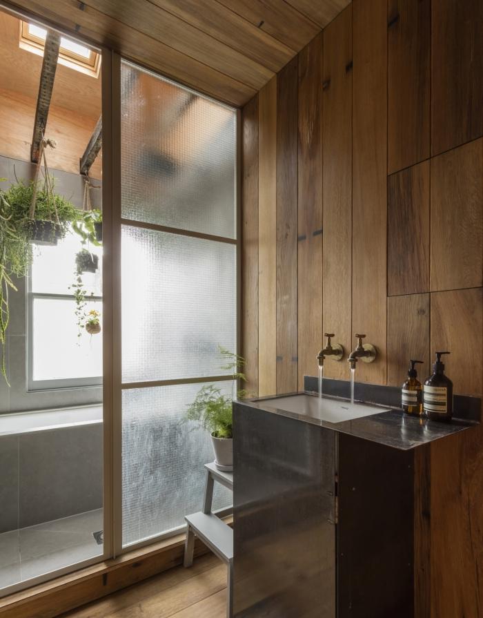 conception moderne dans une salle de bain bois et blanc avec évier noir, idée déco salle de bain zen avec plantes suspendues