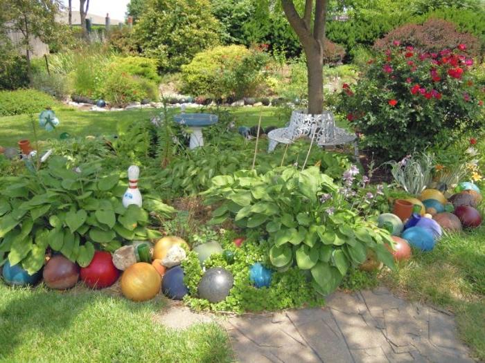 bordure massif vert a faire soi meme en balles de bowling colorées recyclées, idee amenagement jardin original
