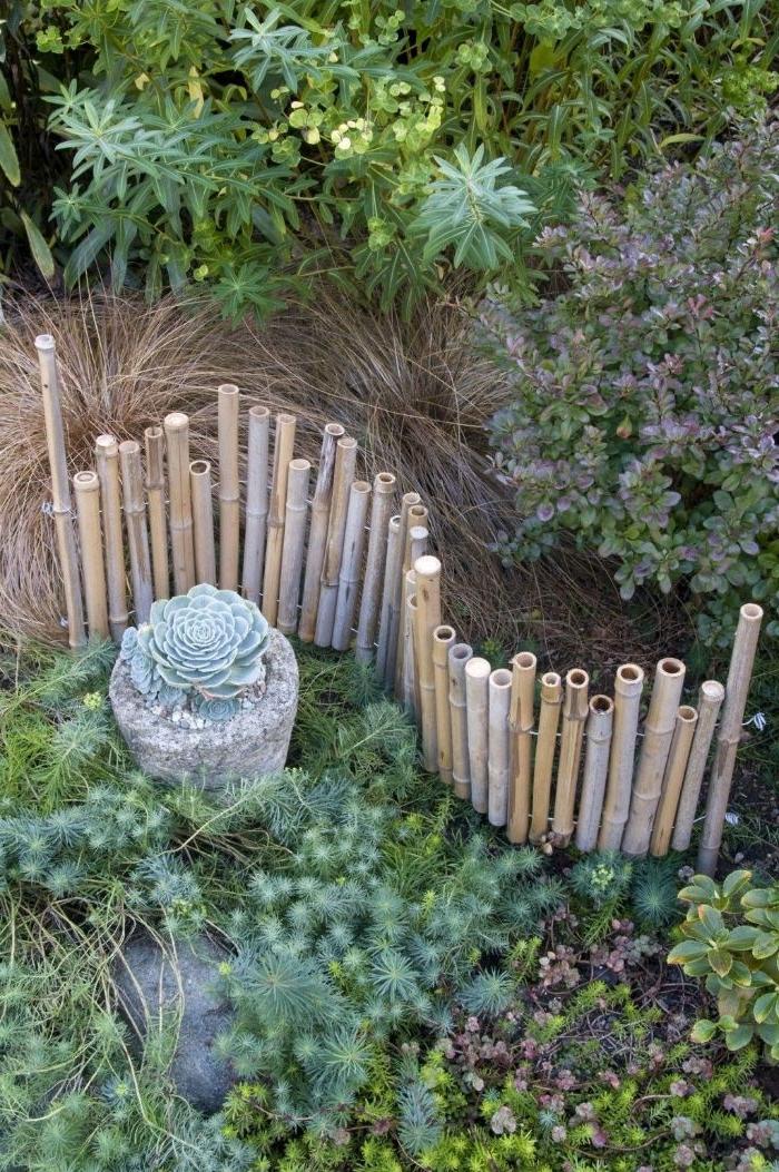 bordure bois a planter, idee recup de bordure de bambou ou comment fabriquer une cloture de bambou miniature entourée de plantes succulentes