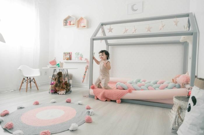 Lit maison bébé en bois tapis ronde, enfant qui jeu dans sa chambre bébé mixte, chambre fille rose et gris belle chembre enfant