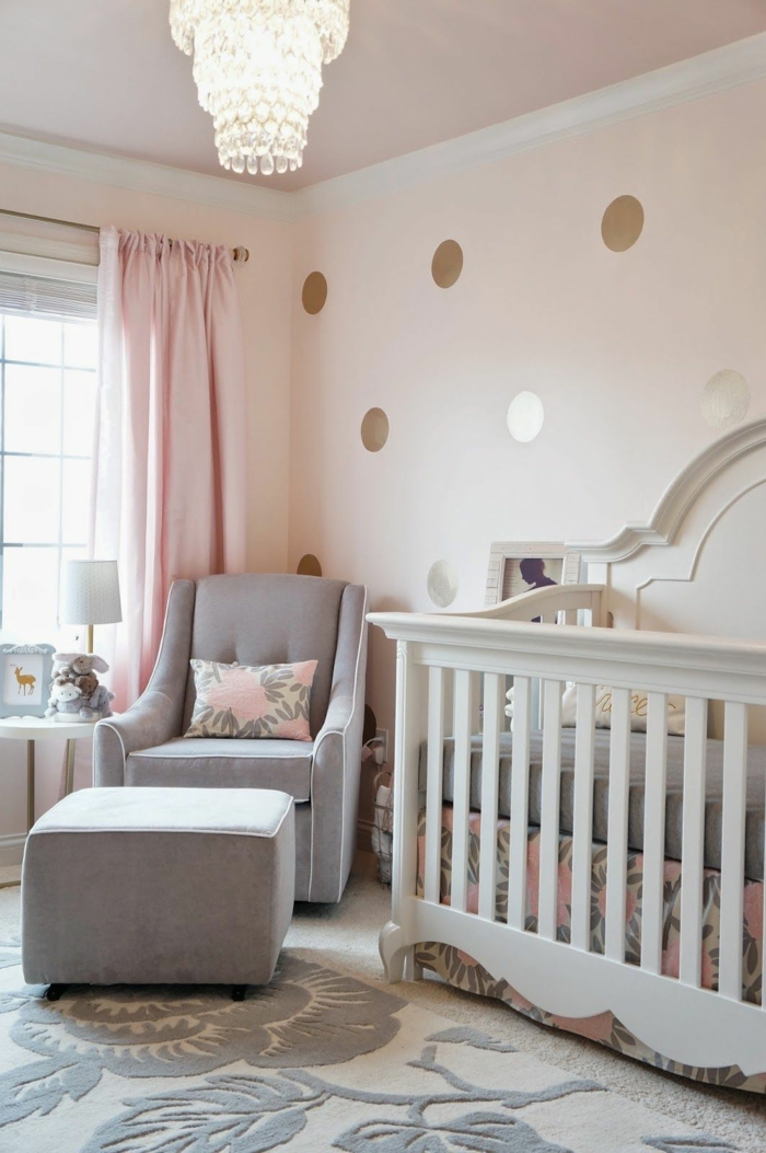 Mur peinture rose avec pois dorés,, lustre baroque, decoration chambre fille, inspiration chambre fille rose et gris