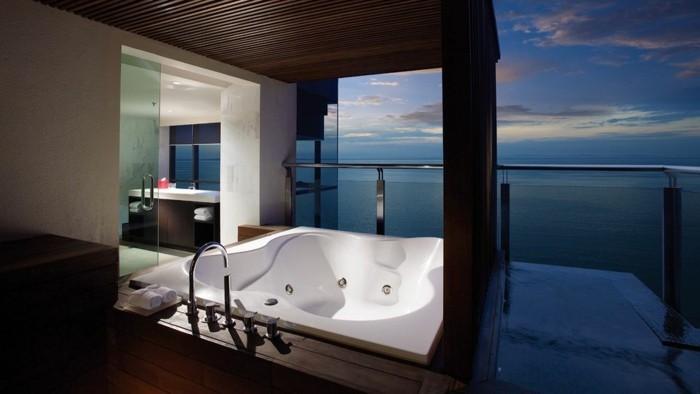 Des aspects positifs de la possession et l'utilisation d'un spa extérieur, terrasse avec vue de la mer