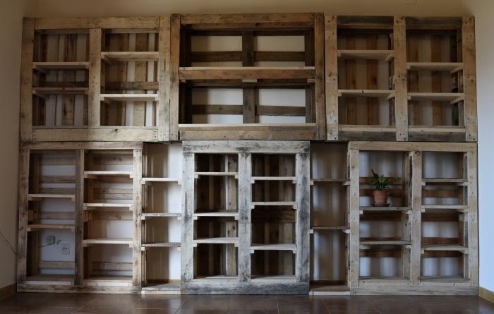 meuble en palette facile à faire soi-même, idée comment décorer un mur avec meubles de rangement DIY en bois recyclé